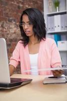 imprenditrice attraente sul suo computer portatile foto