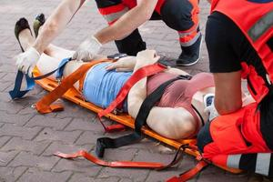 i paramedici che portano la donna in ospedale