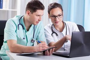 medici riuniti in ufficio foto