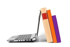 libri e computer portatile isolati su bianco foto