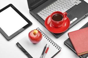 articoli per ufficio e del computer portatile su bianco foto