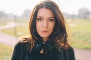 giovane bella donna foto