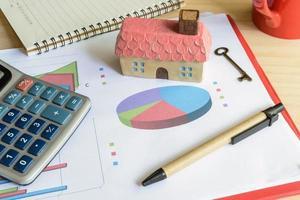 concetto di finanza domestica, casa residenziale, spese calcolate foto