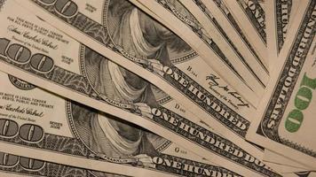 molte banconote in dollari diversi. foto