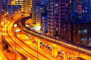notte di traffico del treno della strada principale occupata in finanza urbana foto