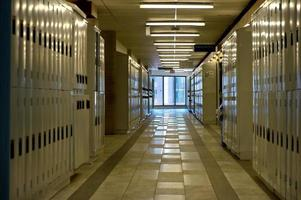 un moderno pavimento beige su un edificio finanziario foto