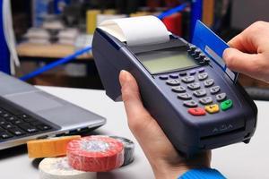 pagando con carta di credito in un negozio di articoli elettrici, concetto di finanza foto