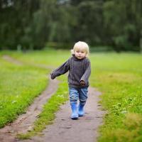 bambino che cammina al giorno di autunno