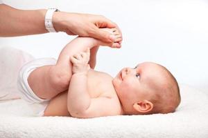 massaggio alle gambe dei neonati foto