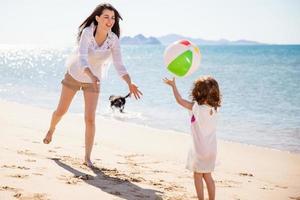 donna che gioca con un pallone da spiaggia foto