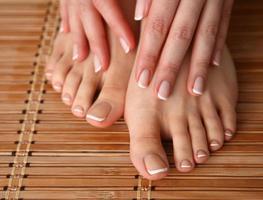 prenditi cura delle belle gambe di donna sul pavimento foto