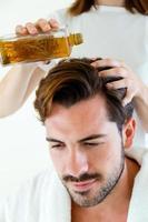 massaggiatore che fa massaggio sul corpo dell'uomo nel salone spa. foto