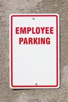 segno di parcheggio degli impiegati sulla parete foto
