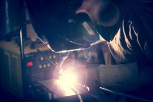 addetto alla saldatura dell'alluminio mediante saldatore a tig. foto