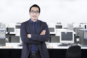 giovane impiegato di successo in piedi in ufficio foto