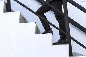 uomo d'affari intensificare su scala, successo, avanzamento foto
