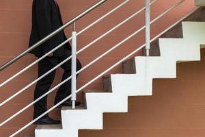 uomo d'affari aumenta la scala, la crescita, la promozione, l'avanzamento foto
