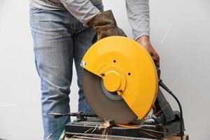 macchina che taglia un oggetto metallico.