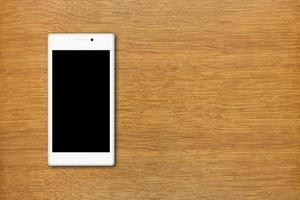 smartphone bianco sul tavolo foto