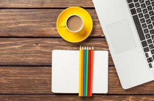 tazza di caffè e carta con computer portatile foto
