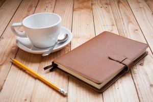 tazza di caffè con taccuino e matita foto
