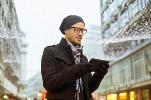 uomo urbano holdin computer tablet su strada foto