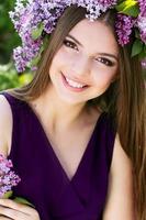 bella ragazza con ghirlanda di fiori lilla