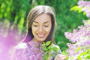 bella giovane donna nel giardino di primavera