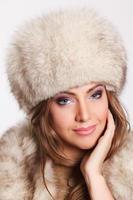 bella donna ricca in pelliccia foto