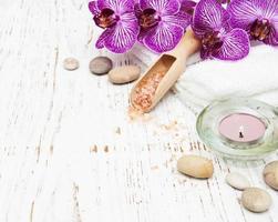 candela, orcidi e asciugamani