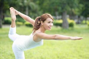 giovane ragazza sportiva fare yoga foto
