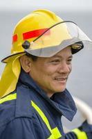 pompiere su camion foto