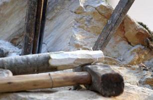 Mahesh e scalpello e altri strumenti per lavorare con la pietra foto