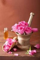 mortaio con fiori di rosa per aromaterapia e spa foto
