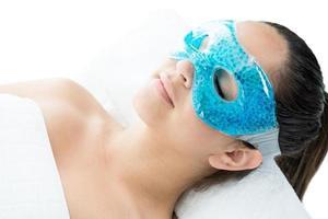 ragazza rilassata usando una maschera di gel foto