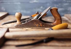 vecchi attrezzi per bricolage d'annata su fondo di legno. concentrarsi su jack-plane foto