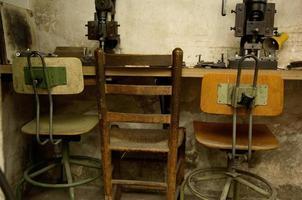 tres sillas viejas foto