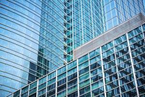 moderno grattacielo di vetro sullo sfondo foto