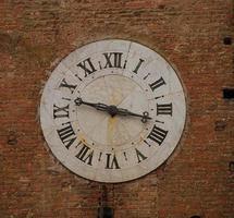quadrante di orologio sul muro foto