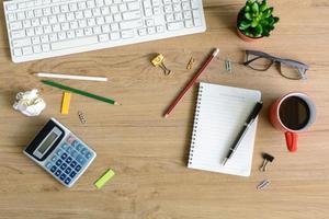 articoli per ufficio e tazza di caffè sulla scrivania foto