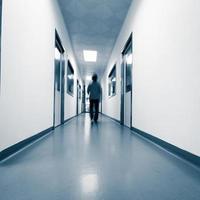 gente che cammina nel moderno laboratorio foto