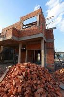 blocco di mattoni nella costruzione di edifici residenziali foto