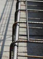 dettaglio gabbia di rinforzo in acciaio foto