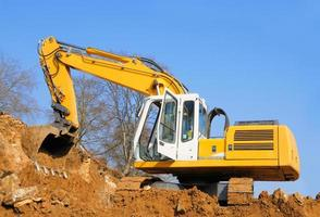 escavatore giallo in cantiere foto