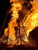 falò celebrativo che brucia. fiamme. foto