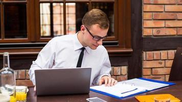 uomo d'affari che lavora sodo in ristorante. foto