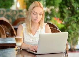 donna nella caffetteria foto
