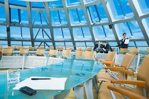 una moderna sala conferenze in vetro brillante foto