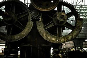 grande capannone industriale con ingranaggi foto