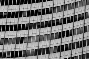 grattacielo con finestre di vetro e acciaio foto